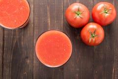 Smoothie vegetal del tiro superior hecho de tomates maduros rojos en de madera Fotografía de archivo libre de regalías