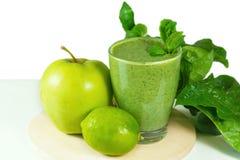 Smoothie vegetal verde sano con las manzanas, espinaca, pepino, l Foto de archivo libre de regalías