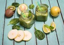Smoothie verde con el aguacate, la espinaca, la cal, el kiwi, y la pera en a Fotografía de archivo