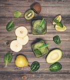 Smoothie verde con el aguacate, la espinaca, la cal, el kiwi, y la pera en a Foto de archivo libre de regalías