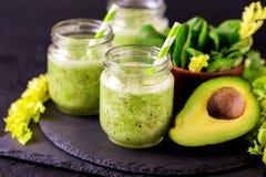 Smoothie verde con el aguacate, la espinaca y el apio Alimento sano foto de archivo libre de regalías