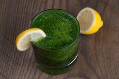 Smoothie verde con el limón Fotos de archivo