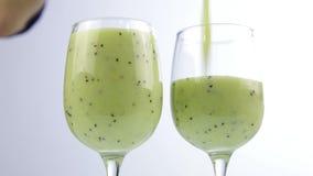 Smoothie verde de colada del detox en un vidrio Concepto sano de la consumición almacen de video