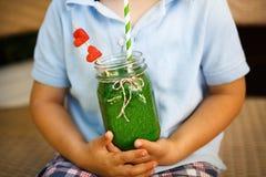 Smoothie verde de la espinaca como bebida sana del verano. foto de archivo libre de regalías