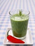 Smoothie verde de la espinaca con las pimientas rojas dulces Fotos de archivo