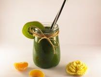 Smoothie verde de la espinaca y del kiwi en un fondo blanco Fotografía de archivo libre de regalías