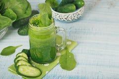 Smoothie verde de la espinaca y del pepino en backgro de madera azul claro fotografía de archivo