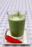 Smoothie verde de la espinaca y pimientas rojas dulces Imagenes de archivo