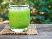 Smoothie verde de la fruta en la tabla de madera Fotografía de archivo