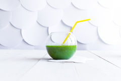 Smoothie verde en un vidrio claro fotos de archivo