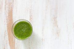Smoothie verde en vidrio Imagenes de archivo