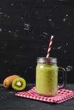 Smoothie verde fresco mezclado con el kiwi y la espinaca Imagen de archivo libre de regalías