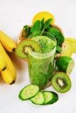 Smoothie verde hecho con el kiwi, la espinaca y el plátano Fotografía de archivo libre de regalías