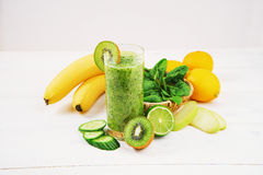 Smoothie verde hecho con el kiwi, la espinaca y el plátano Fotos de archivo libres de regalías