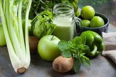 Smoothie verde, manzana, paprika, cal, lechuga, apio aislado Imagenes de archivo