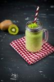 Smoothie verde mezclado fresco con el kiwi y la espinaca Fotos de archivo