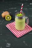 Smoothie verde mezclado fresco con el kiwi y la espinaca Foto de archivo libre de regalías
