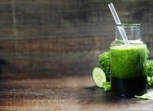 Smoothie verde orgánico fresco - detox, dieta y comida sana concentrados Foto de archivo libre de regalías