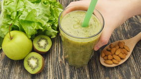 Smoothie verde sano con el kiwi, manzana y