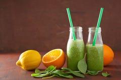 Smoothie verde sano de la espinaca con la naranja del limón Fotografía de archivo libre de regalías