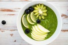 Smoothie verde sano en el arco Fotografía de archivo libre de regalías