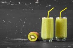 Smoothie verde sano en el fondo oscuro Fotos de archivo