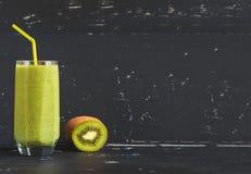 Smoothie verde sano en el fondo oscuro Imágenes de archivo libres de regalías