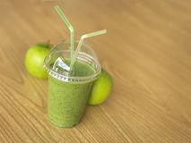 Smoothie vert avec des pommes - image courante Photos stock
