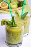 Smoothie vert avec la menthe et les fruits sur le fond en bois Images libres de droits