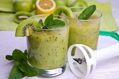 Smoothie vert avec la menthe et les fruits sur le fond en bois Photos libres de droits