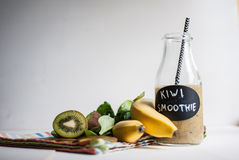 Smoothie vert avec le kiwi, la banane et les épinards Photographie stock libre de droits