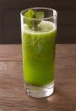 Smoothie vert avec le spirulina sur le fond en bois Photographie stock libre de droits