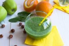 Smoothie vert dans un verre clair Photographie stock libre de droits
