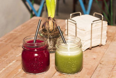 Smoothie vert et rouge Images stock