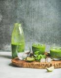 Smoothie vert frais avec de la glace, la menthe et la chaux à bord Image libre de droits