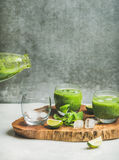 Smoothie vert frais avec de la glace, la menthe et la chaux en verres Photos libres de droits