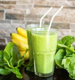 Smoothie vert frais avec la banane et les épinards Photo stock
