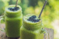 Smoothie vert frais avec la banane et les épinards avec le coeur des graines de sésame Amour pour un concept cru sain de nourritu Images libres de droits
