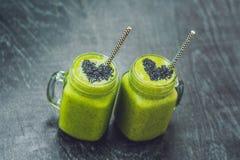 Smoothie vert frais avec la banane et les épinards avec le coeur du sesam Photographie stock libre de droits