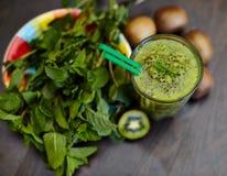 Smoothie vert frais avec le kiwi et la menthe Amour pour un concept cru sain de nourriture Consommation saine Photographie stock