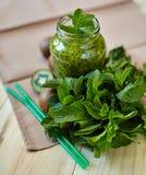 Smoothie vert frais avec le kiwi et la menthe Amour pour un concept cru sain de nourriture Consommation saine Photos stock