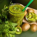 Smoothie vert frais avec le kiwi et la menthe Amour pour un concept cru sain de nourriture Consommation saine Image libre de droits