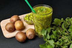 Smoothie vert frais avec le kiwi et la menthe Amour pour un concept cru sain de nourriture Consommation saine Photos libres de droits
