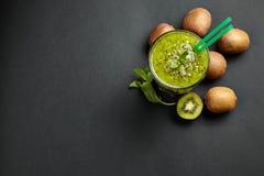 Smoothie vert frais avec le kiwi et la menthe Amour pour un concept cru sain de nourriture Consommation saine Photographie stock libre de droits