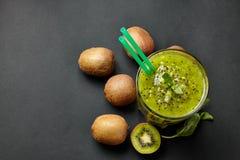 Smoothie vert frais avec le kiwi et la menthe Amour pour un concept cru sain de nourriture Consommation saine Images stock