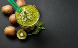Smoothie vert frais avec le kiwi et la menthe Amour pour un concept cru sain de nourriture Consommation saine Images libres de droits