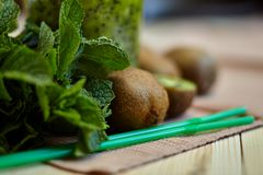 Smoothie vert frais avec le kiwi et la menthe Amour pour un concept cru sain de nourriture Consommation saine Photo libre de droits