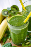 Smoothie vert frais et sain images stock