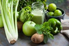 Smoothie vert, pomme, paprika, chaux, laitue, céleri d'isolement images stock