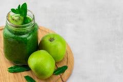 Smoothie vert sain avec des épinards dans une tasse de pot avec l'ingrédient Photos stock